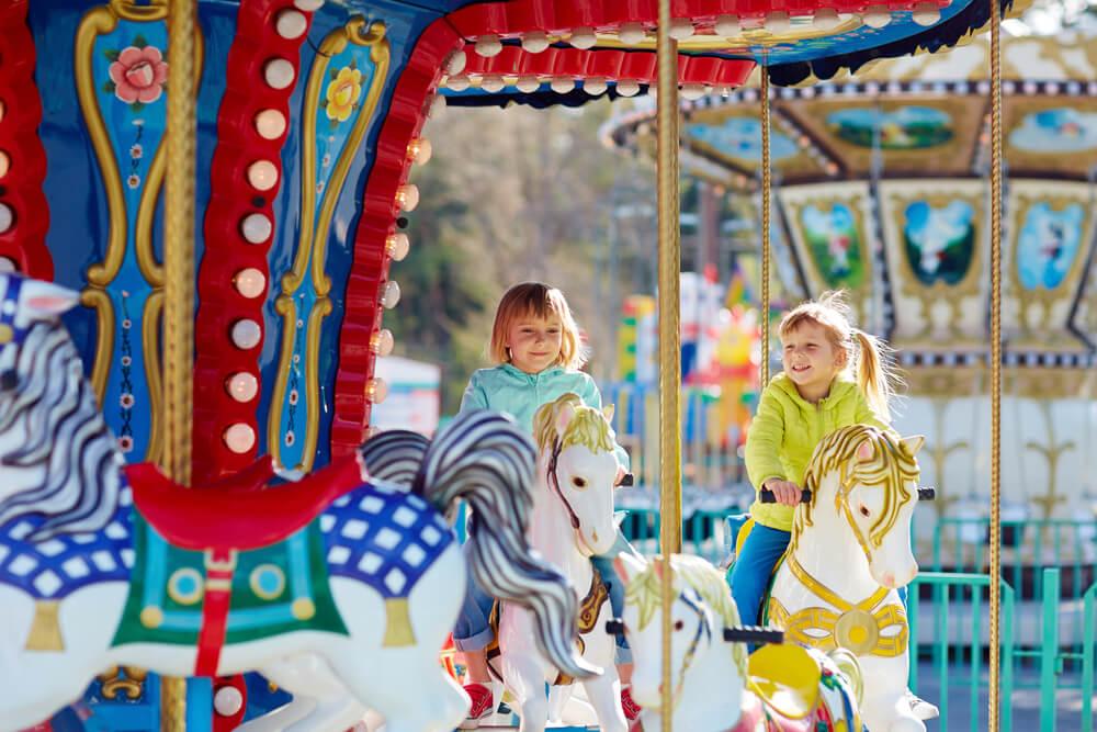 Der Besuch auf dem Freizeitpark ist sowohl für kleinere Kinder, als auch Jugendliche immer eine Reise wert