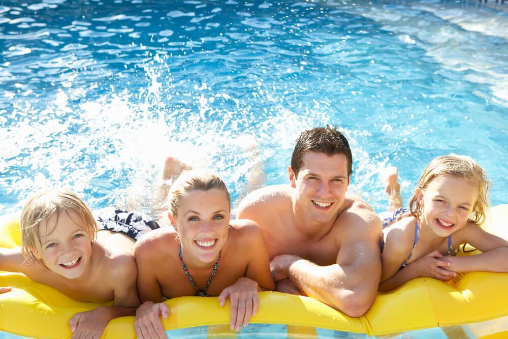 Ein Schwimmbad ist im Sommer für viele Kinder das favorisierte Ausflugsziel mit Ihren Eltern