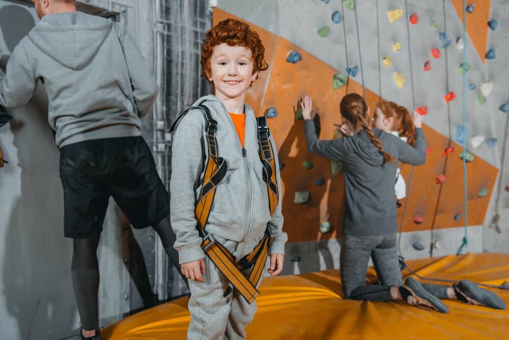 Für sportbegeisterte Kinder ist eine Kletterhalle ideal, um sich mit richtig viel Spaß auszutoben