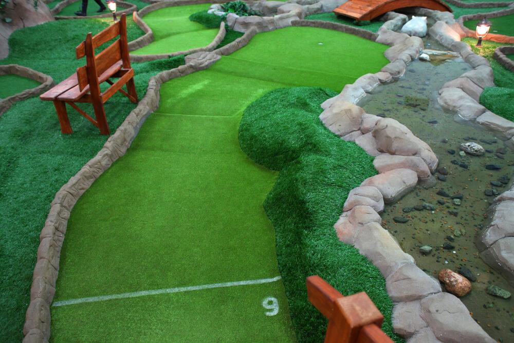 Minigolf ist sowohl Indoor als auch Outdoor ein beliebtes Ausflugsziel für Eltern mit Kind