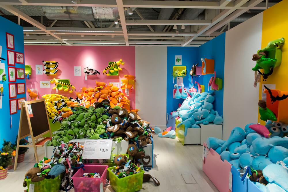 Während die Kinder im IKEA Smaland sind, bleibt für die Eltern ausreichend Zeit und Ruhe für einen Bummel durch die Ausstellung (Symbolbild)