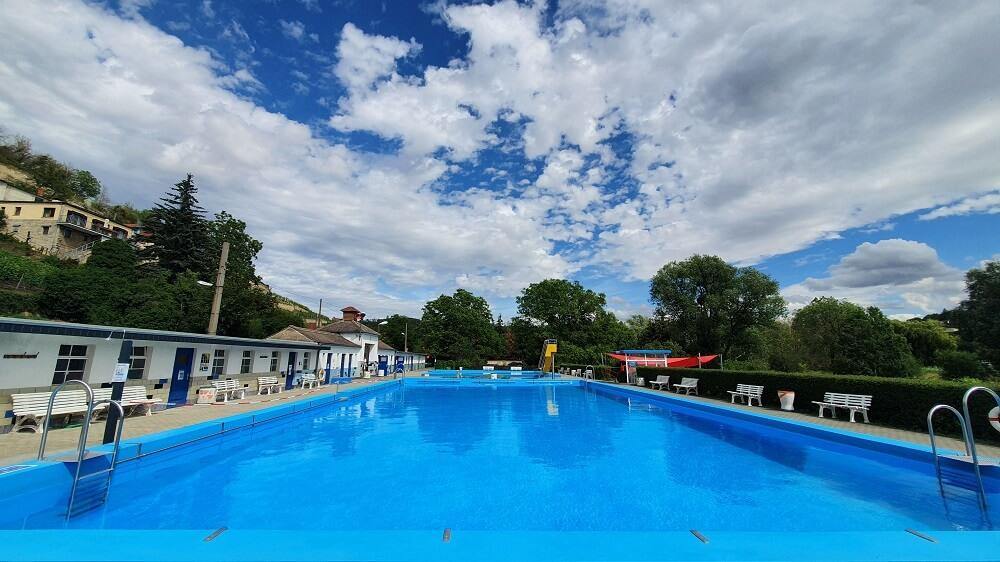 Das Freibad in Freyburg lädt zum Schwimmen ein, ein toller Blick inklusive