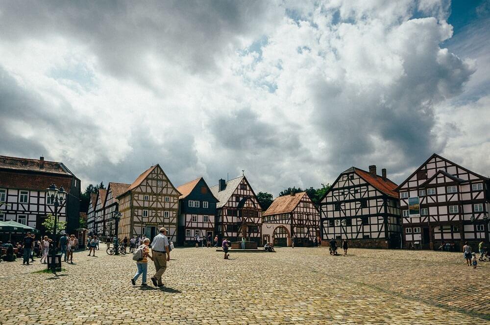 Der Marktplatz im Hessenpark lädt zum Bummeln und Einkaufen ein