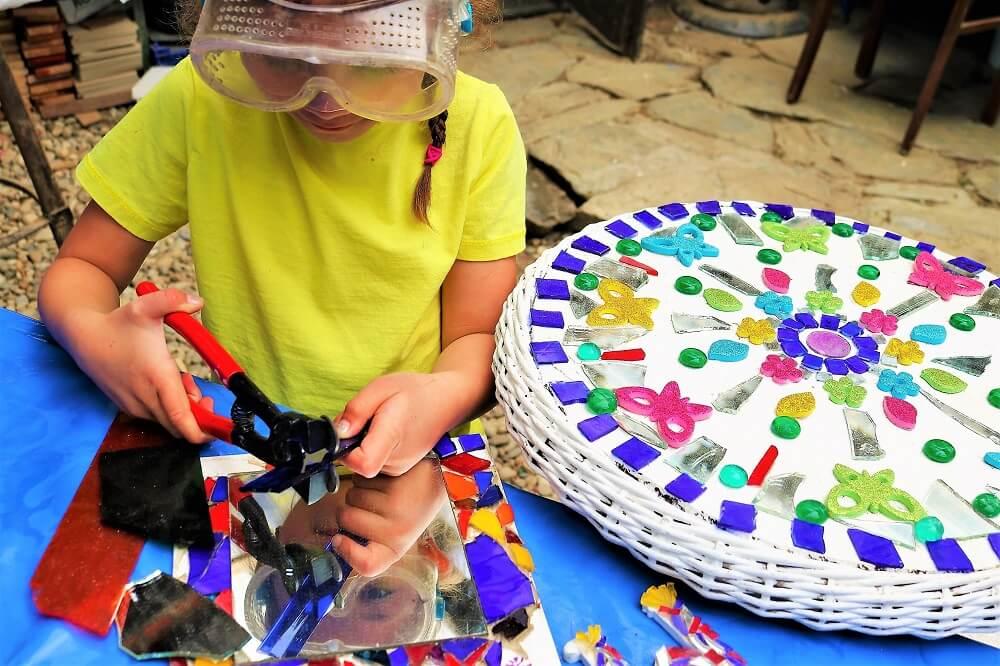 Die Kunst-Werkstatt und verschiedene Workshops schulen die Sinne der Kinder im Abenteuer Land