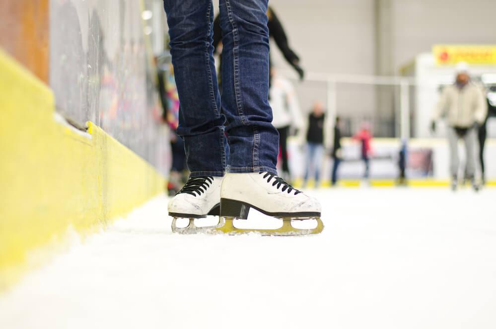Eine Eishalle ist im Sommer und im Winter ein toller Ausflugstipp für sportbegeisterte Kinder