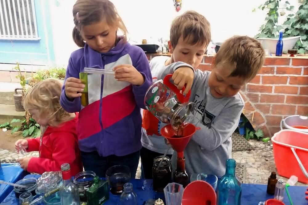 Im Forschungslabor des Abenteuerlandes der Sinne kommen die Kleinen in spielerischer Form mit Chemie in Berührung
