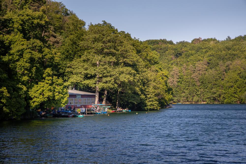 Seenlandschaften sind ein toller und ruhiger Ausflugstipp für die ganze Familie