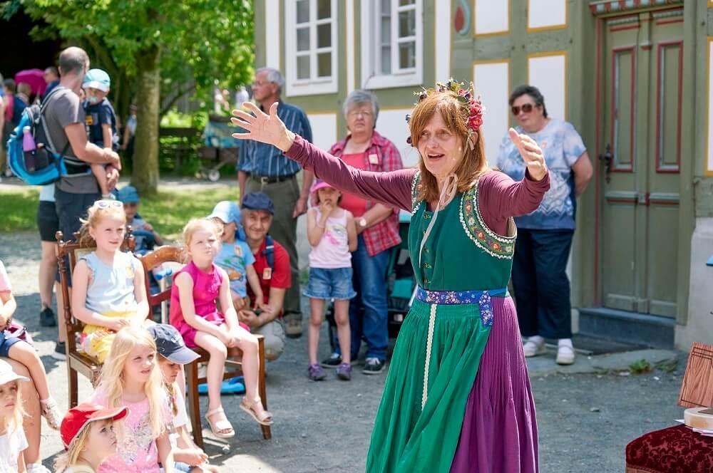 Vorführungen wie etwa der Märchentag sind im Hessenpark absolute Highlights für die kleinen Kinder
