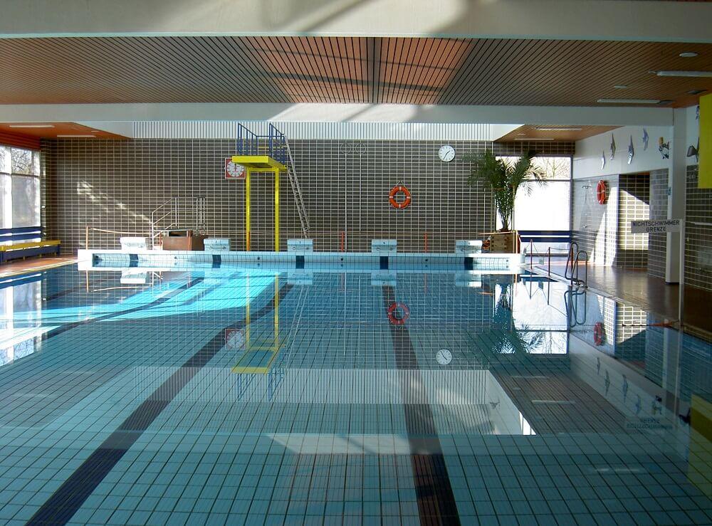 Das Becken mit Sprungturm im Hallenbad in Haren (Ems)